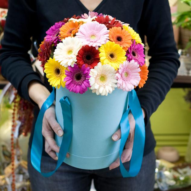"""Цветы в шляпной коробке """"Любимые герберы"""""""