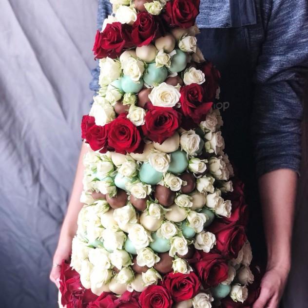 Большая Башня из клубник в шоколаде и роз