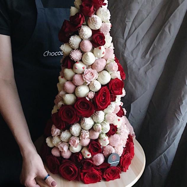 Средняя башная из клубники в шоколаде и роз
