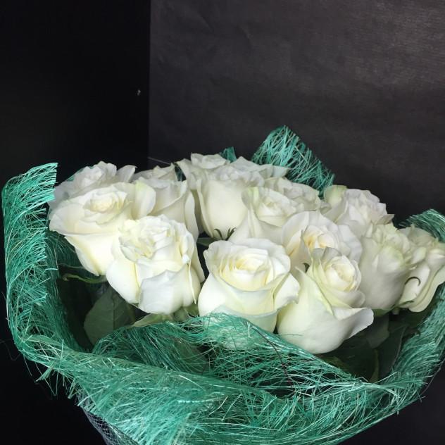 17 роз Мондиаль в зеленой сизале