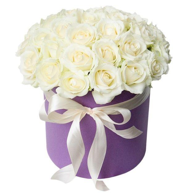 Белые розы в стильной шляпной коробке