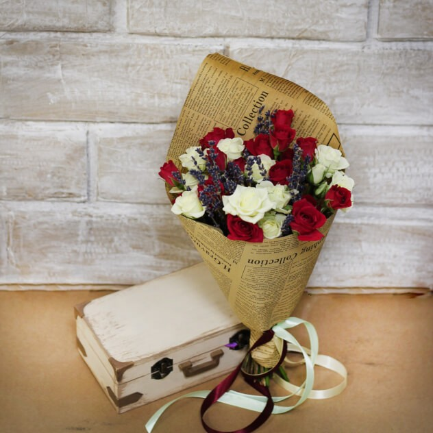 Букет с лавандой и розами