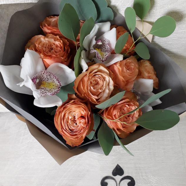 Букет из пионовидных роз и орхидеи