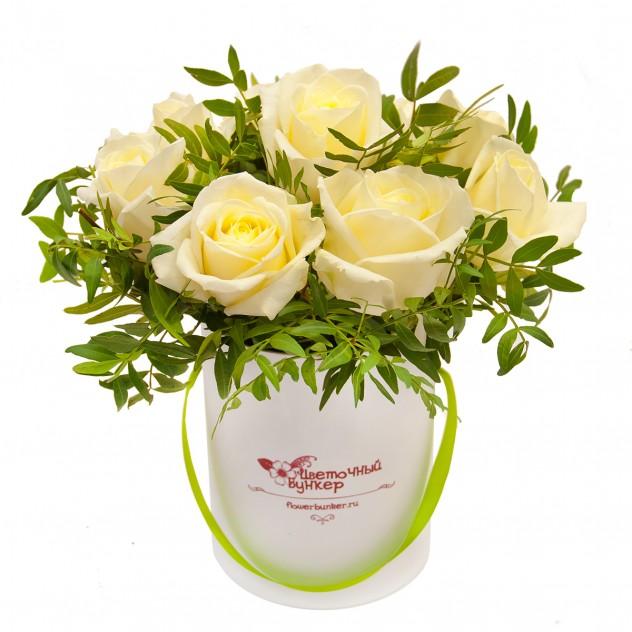 """Розы в шляпной коробке """"Малышка в белом"""""""