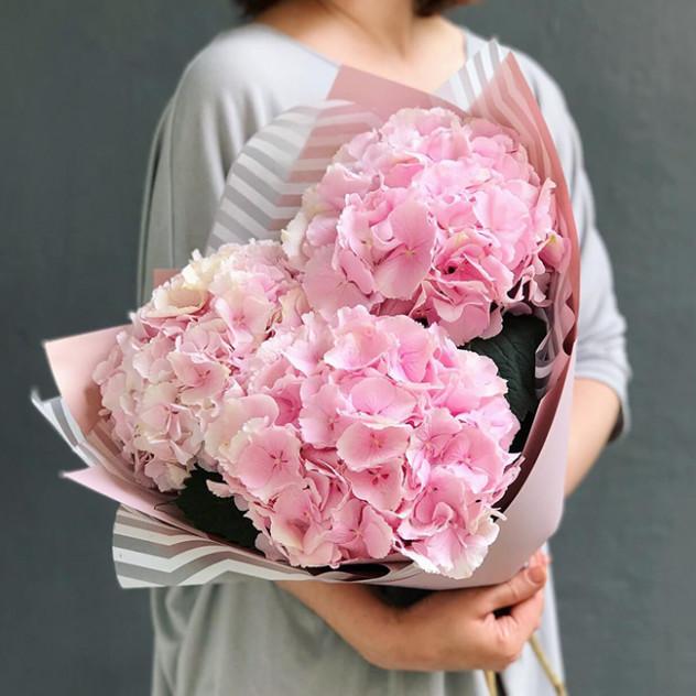Букет из трех розовых гортензий